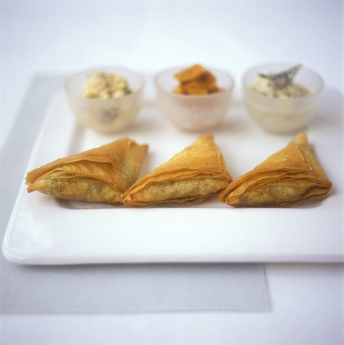 Samosas (vegetable pasties) and three sauces