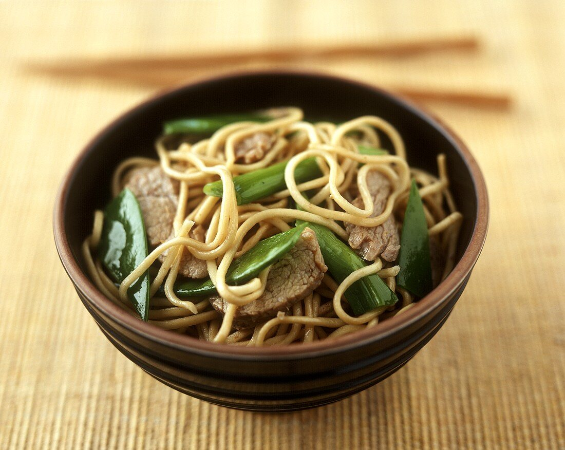 Asian egg noodles with beef and mangetouts