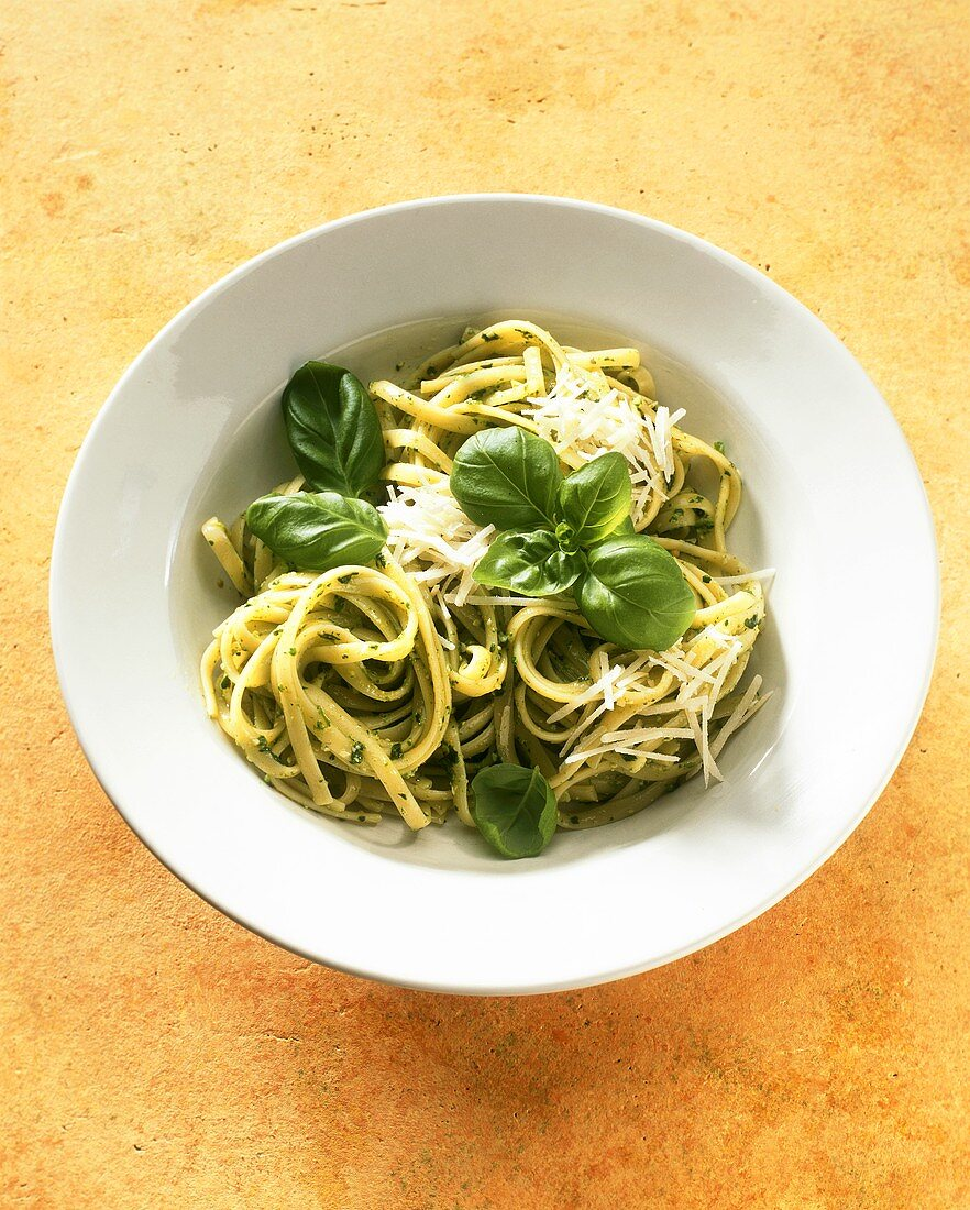 Linguine con pesto alla genovese (linguine with pesto)