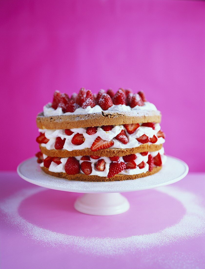 Almond sponge gateau with strawberries