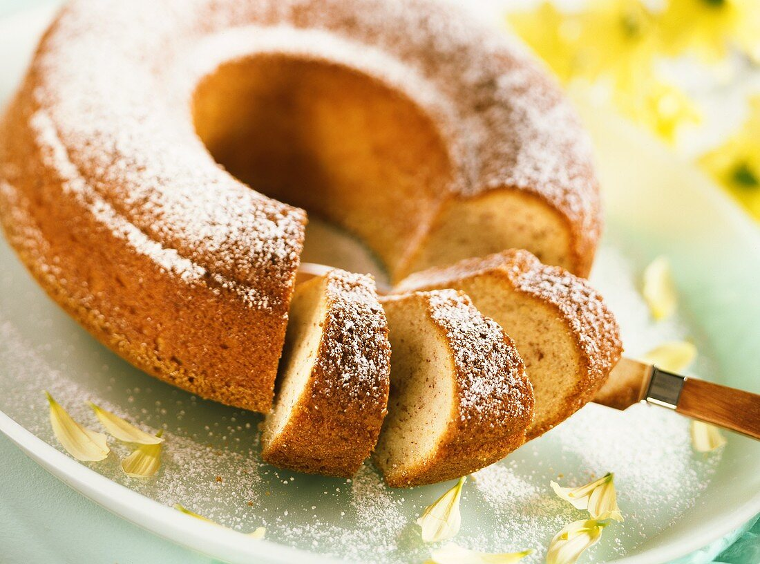 Quick banana cake with icing sugar