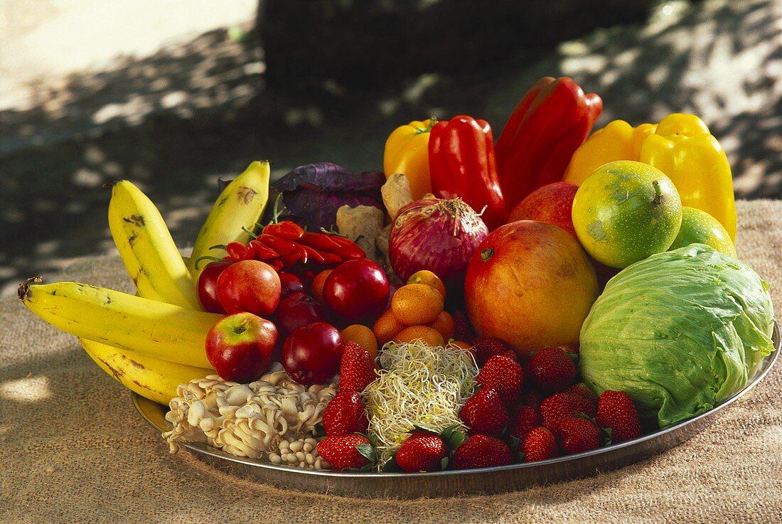Frische exotische Früchte und Gemüse in einer Schale
