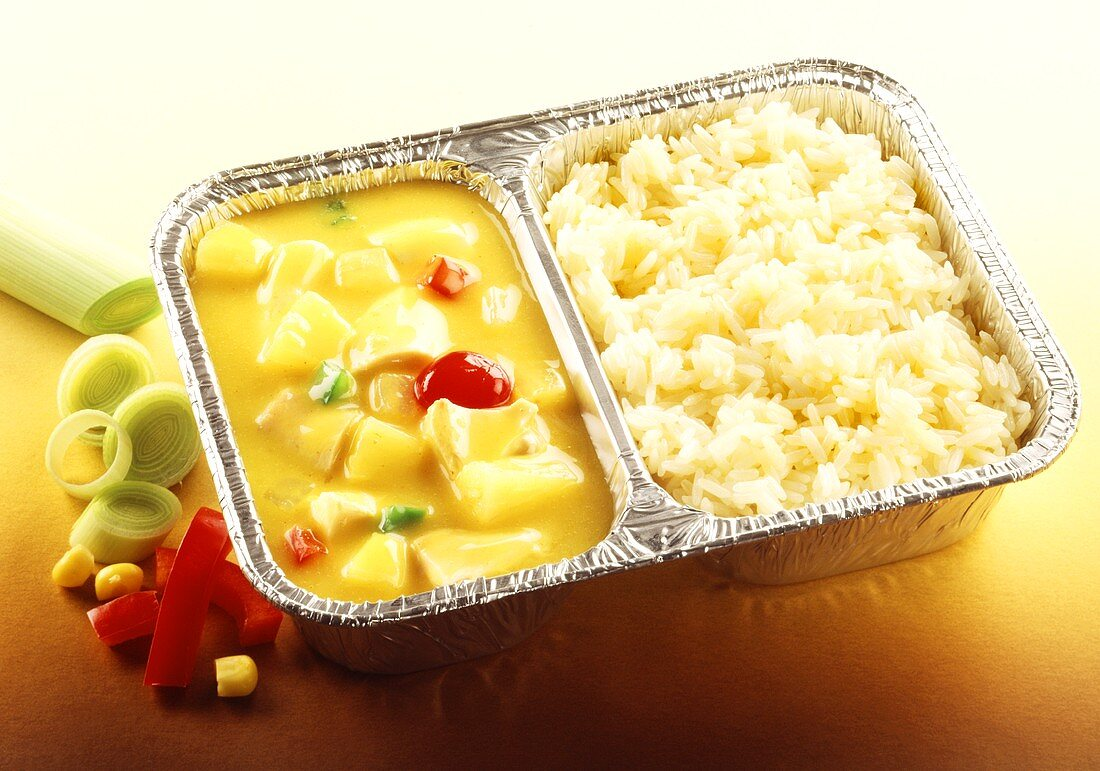 Ready-meal: curried chicken, pineapple & rice in aluminium dish