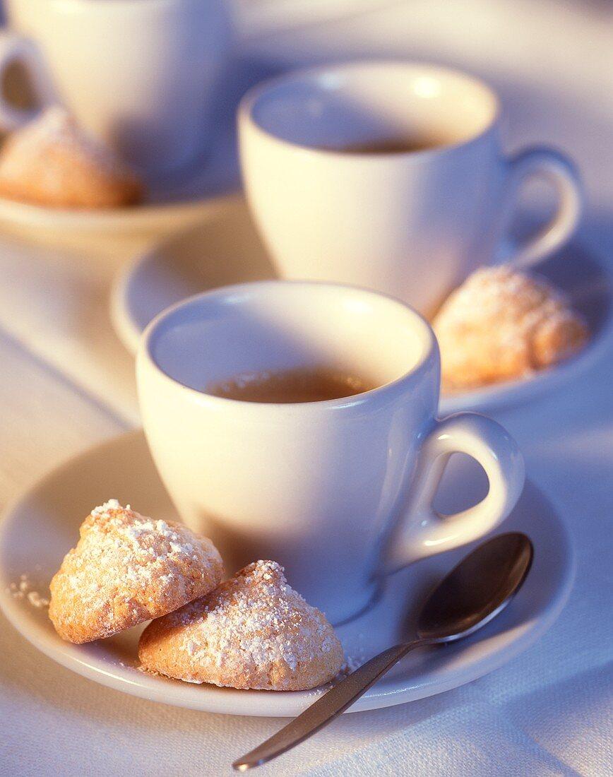 Amaretti e caffè (Amarettini and a few cups of espresso)