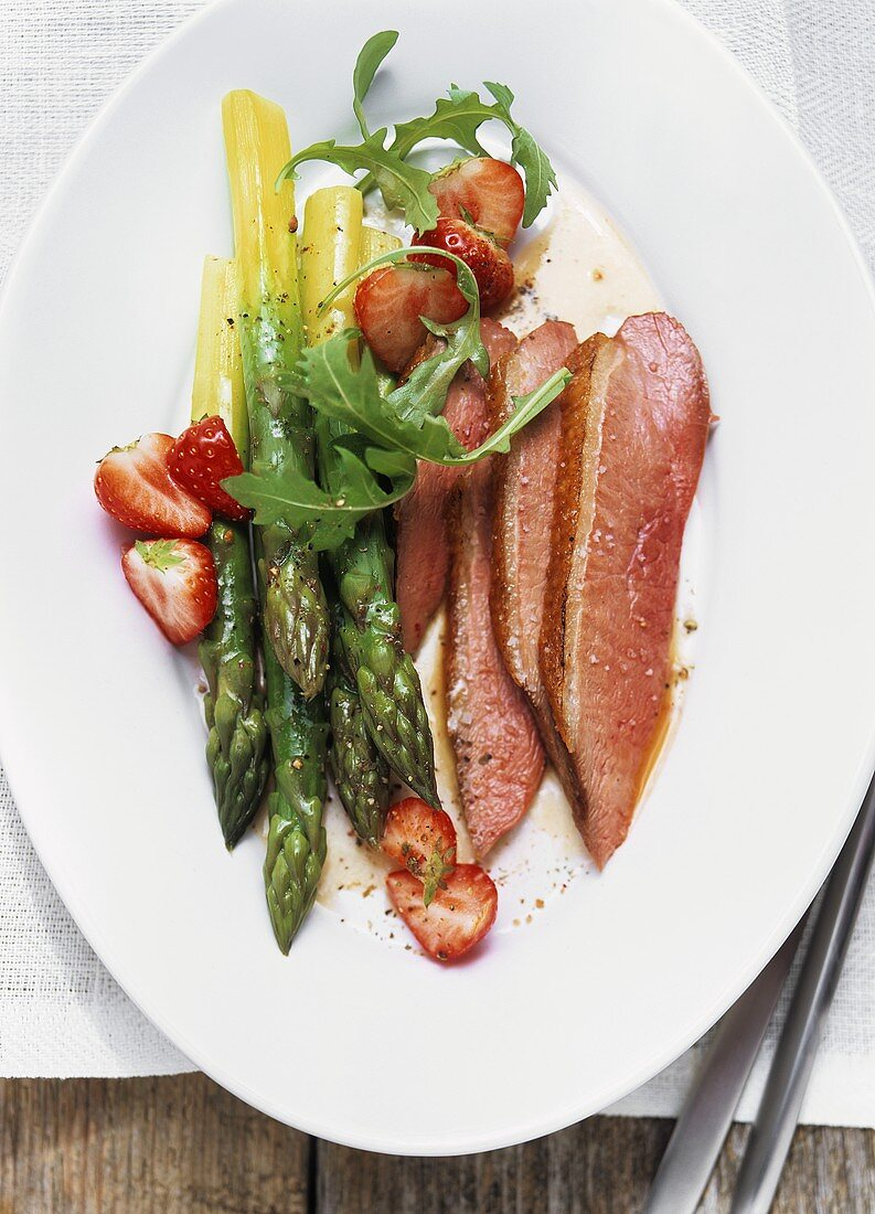 Asparagus salad with roast duck breast, strawberries and rocket