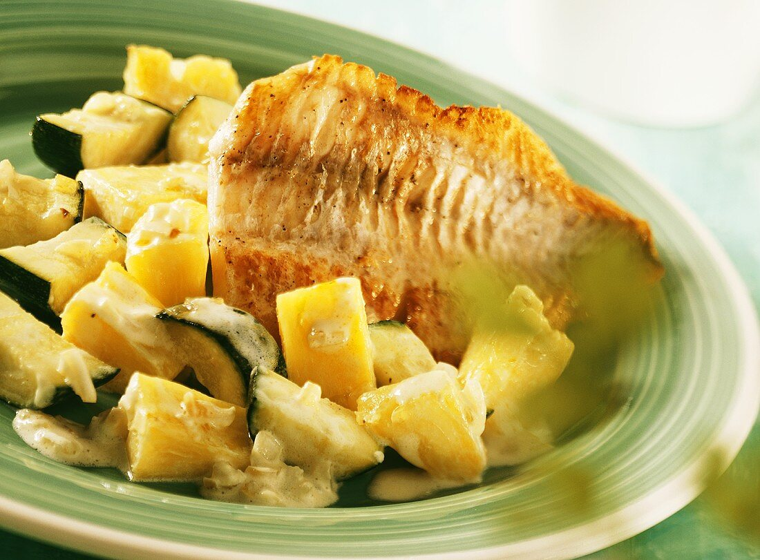 Redfish fillet with pineapple and courgettes