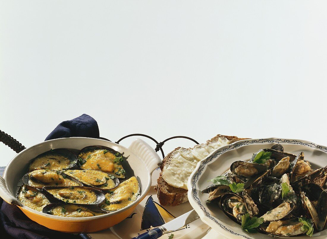 Mussels with saffron sauce; mussels with parsley