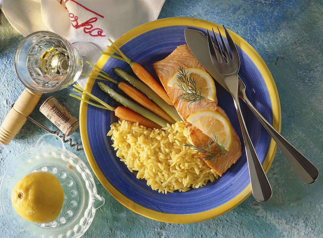 Salmon fillet with rice, carrots and green asparagus