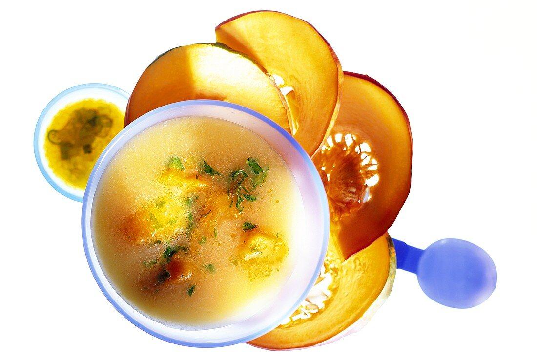 Kürbiscremesuppe mit Apfel-Chili-Chutney in Suppenschale
