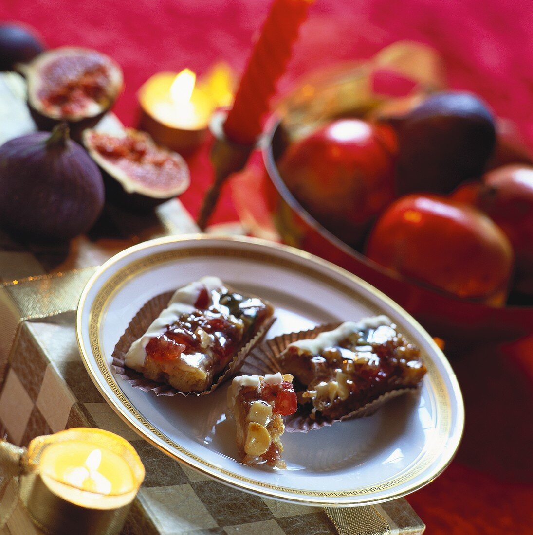 Florentine with white chocolate; Candles; Fruit