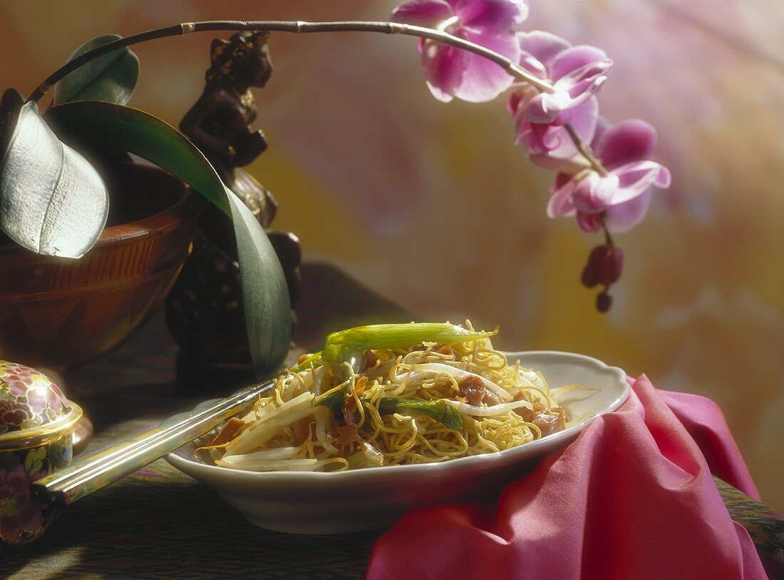 Egg noodles with soya bean sprouts and spring onions
