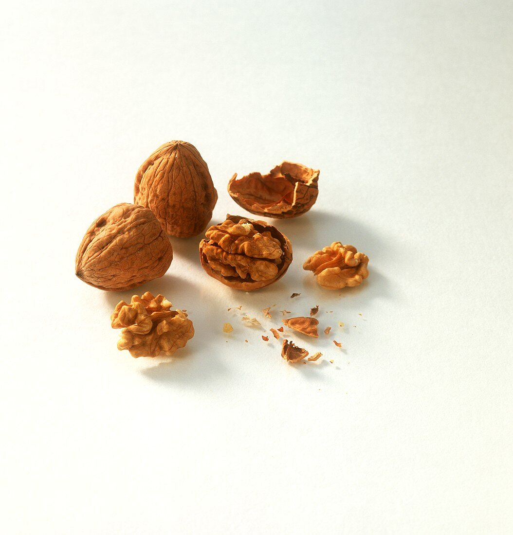 Whole walnuts and walnut kernels