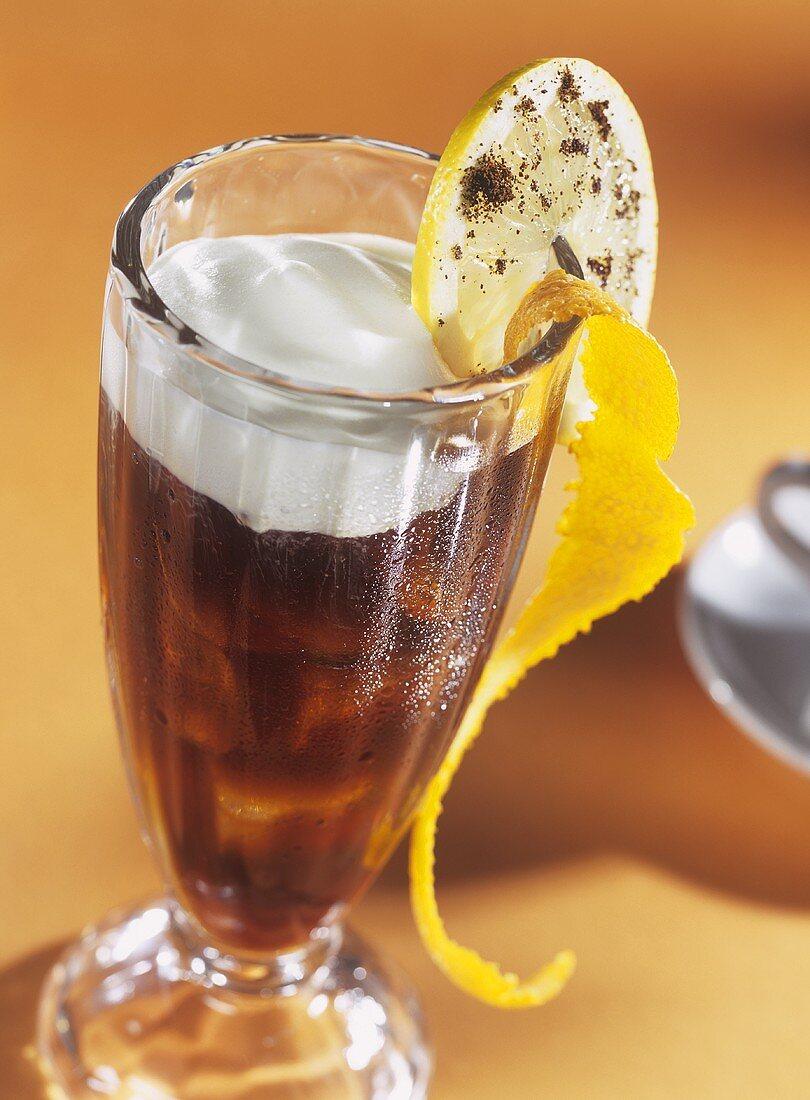 Cafe Acapulco mit Rum und Sahne vor orangem Hintergrund