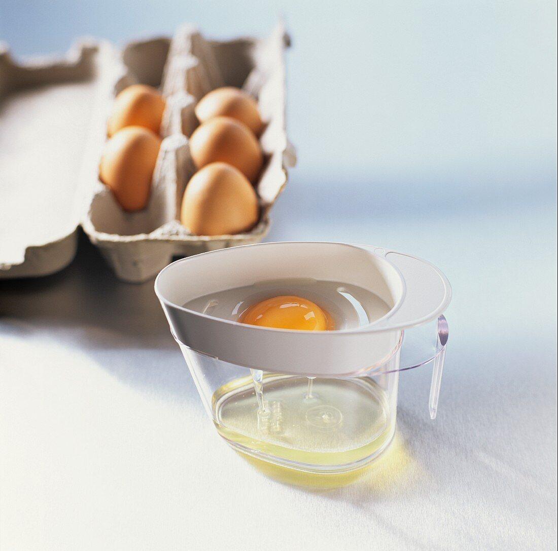 Separating an egg in an egg separator