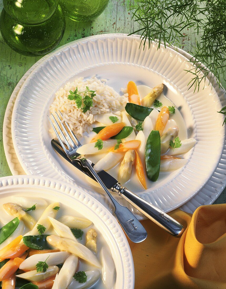 Asparagus ragout with mangetouts, carrots & rice