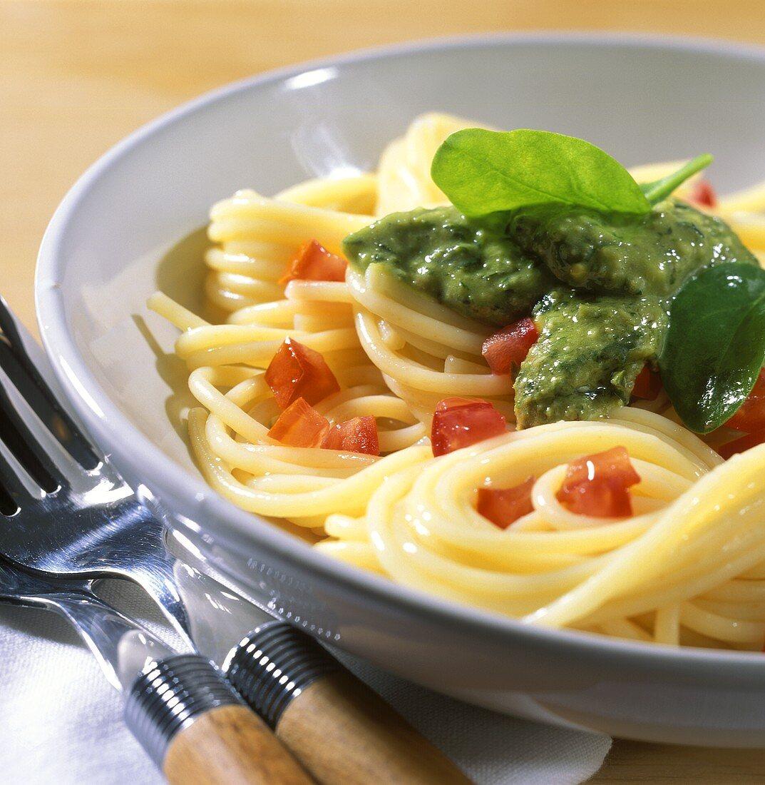 Spaghetti al pesto di spinaci (Spaghetti with spinach pesto)