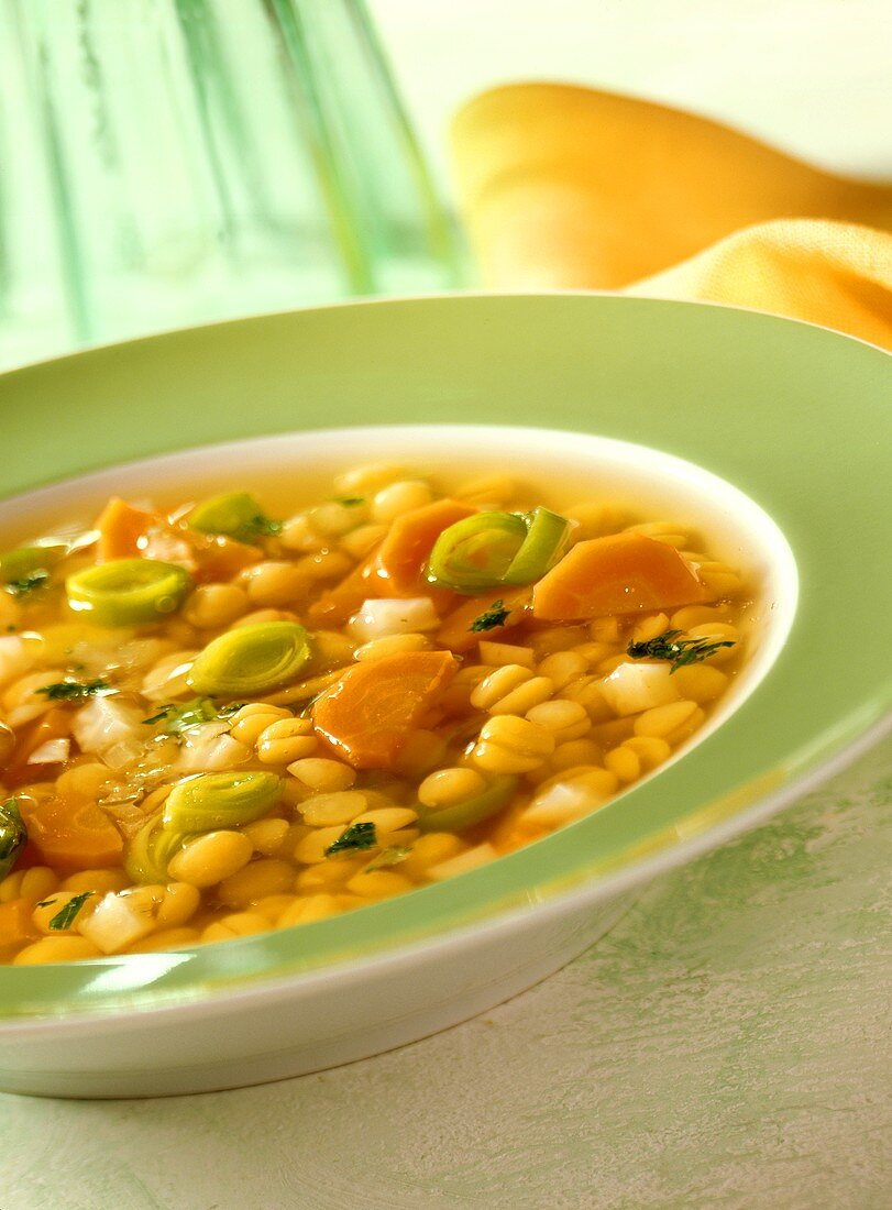 Low-fat pea soup with leeks and carrots