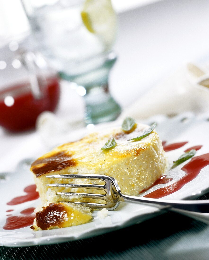 Crème brulee with strawberry sauce