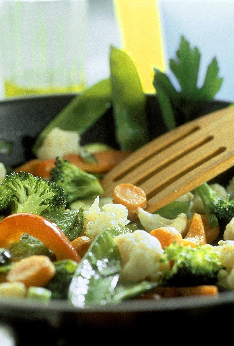 Pan-cooked vegetable dish: broccoli, cauliflower & mangetouts