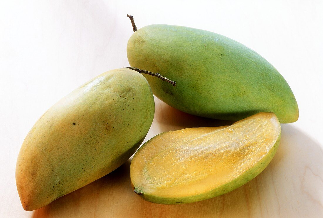 Mangos (Khieo Savoei variety) with drops of water