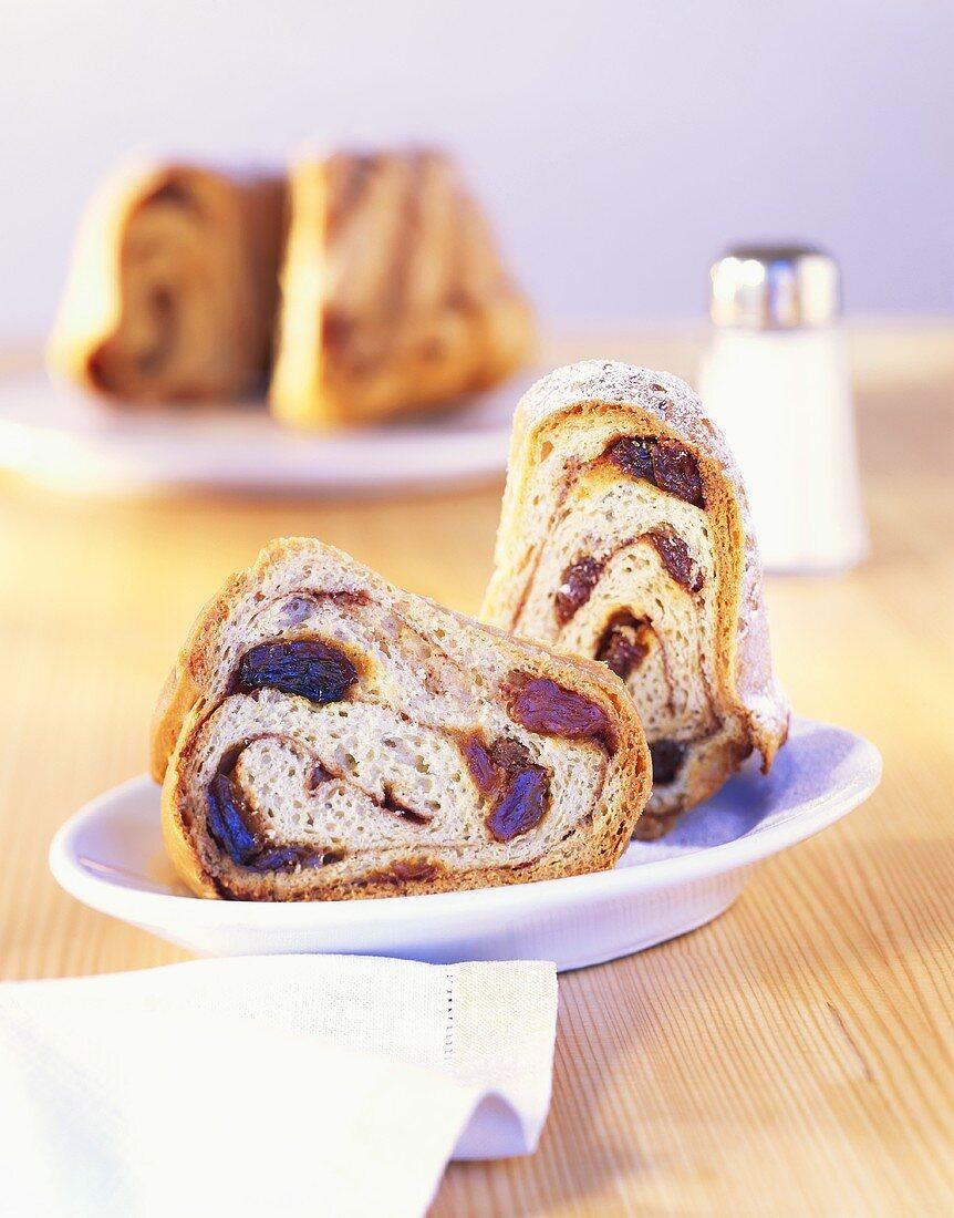 Carinthian Reindling (yeast cake with cinnamon and raisins)
