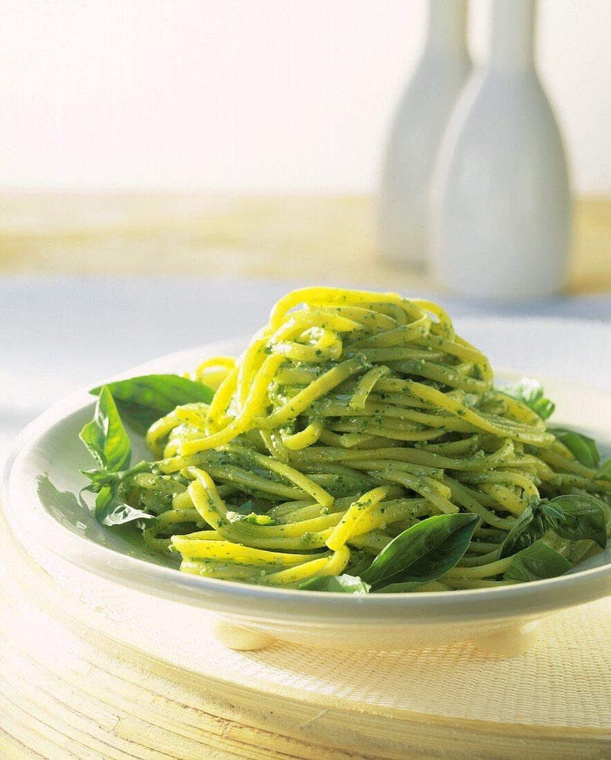 Linguine al pesto di spinaci (Linguine with spinach pesto)