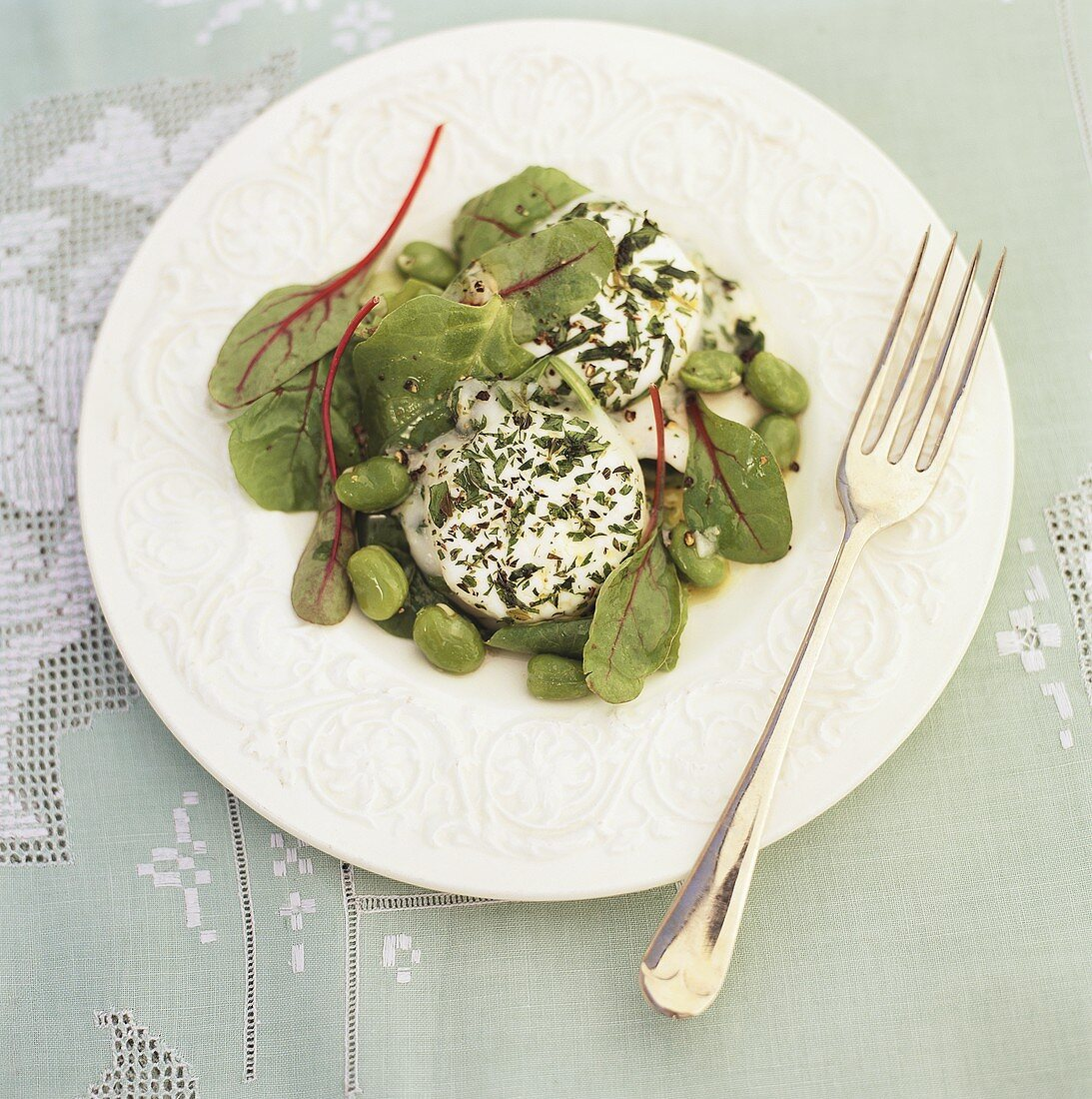 Spinach salad with beans and herb yoghurt dressing