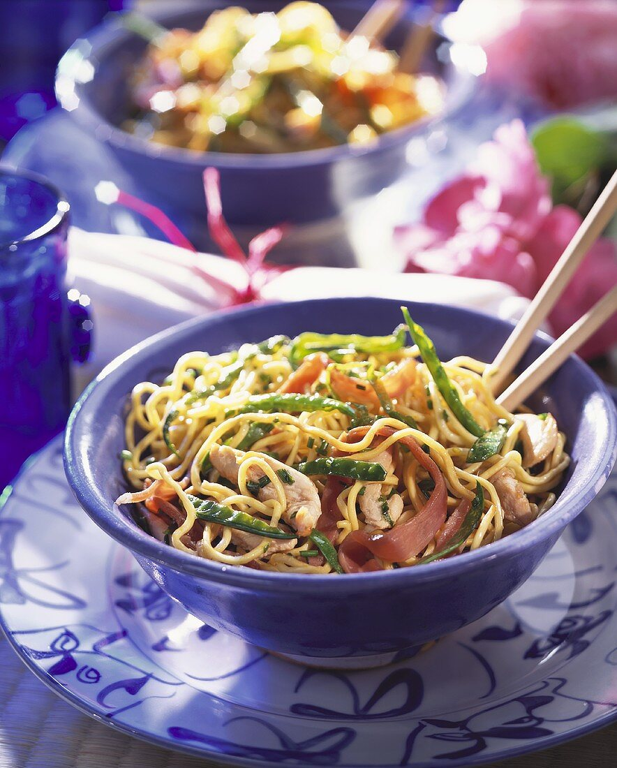 Noodles with chicken and vegetables (China)