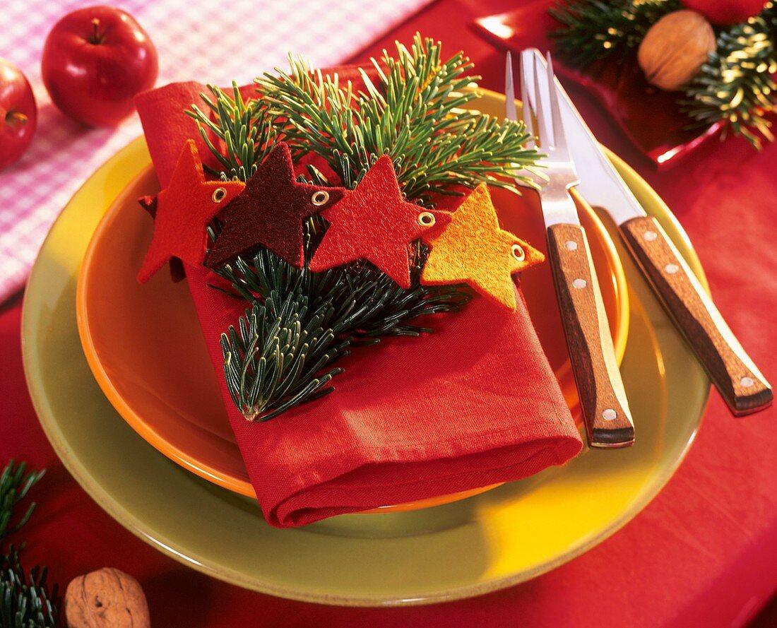 Plate decoration: sprig of fir and felt stars