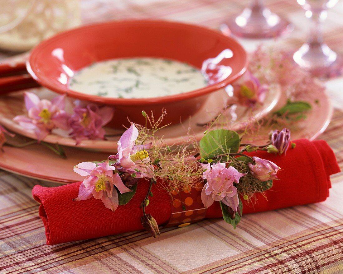 Serviette mit Akeleiblüten und Perückenstrauch & Kräutersuppe