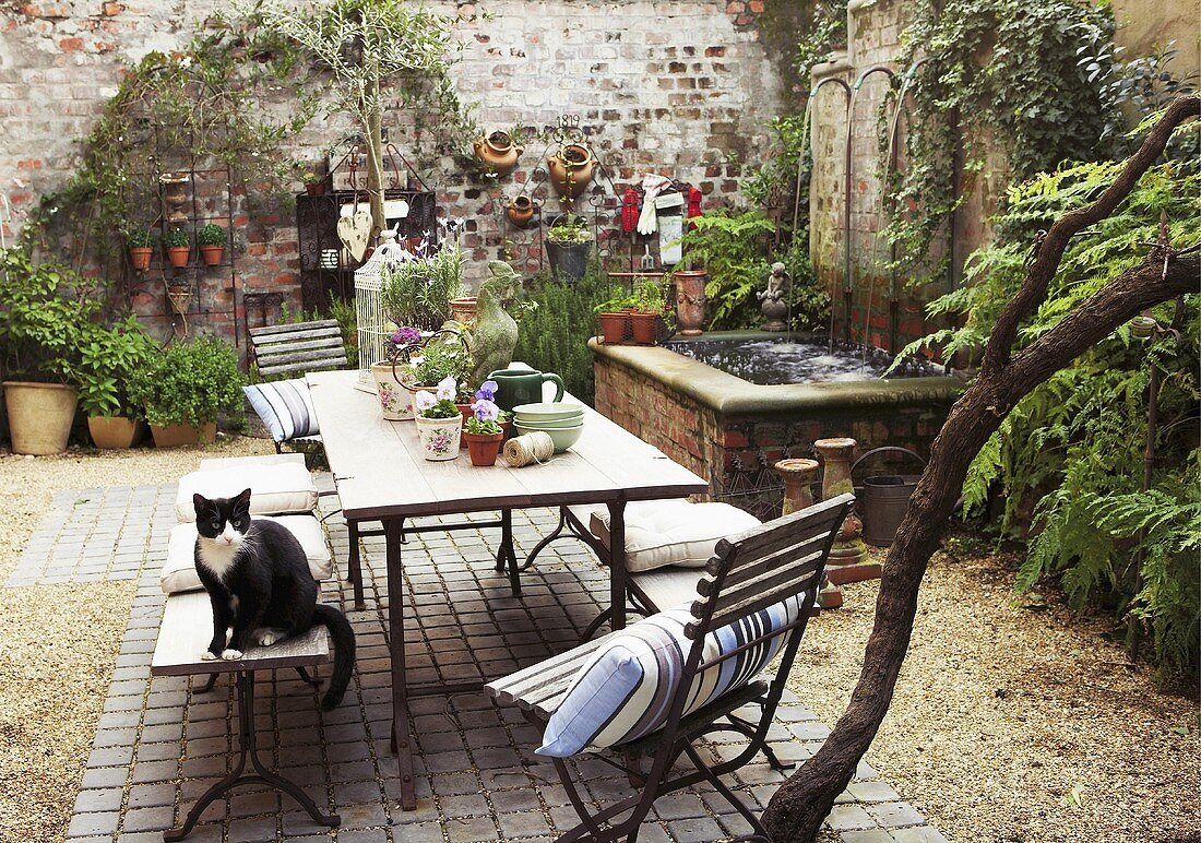 Romantic Interior Courtyard With Plants License Images 275023 Stockfood