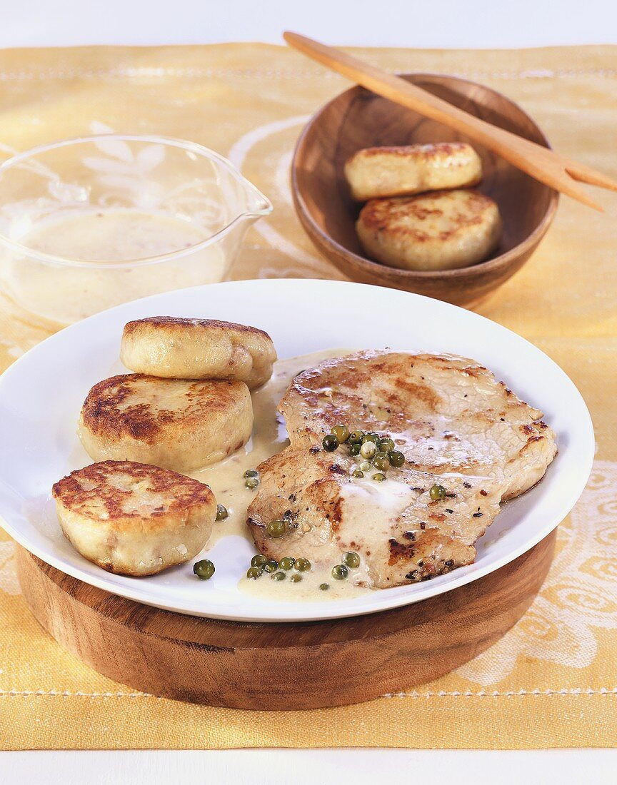 Escalopes in pepper cream sauce with potato cakes