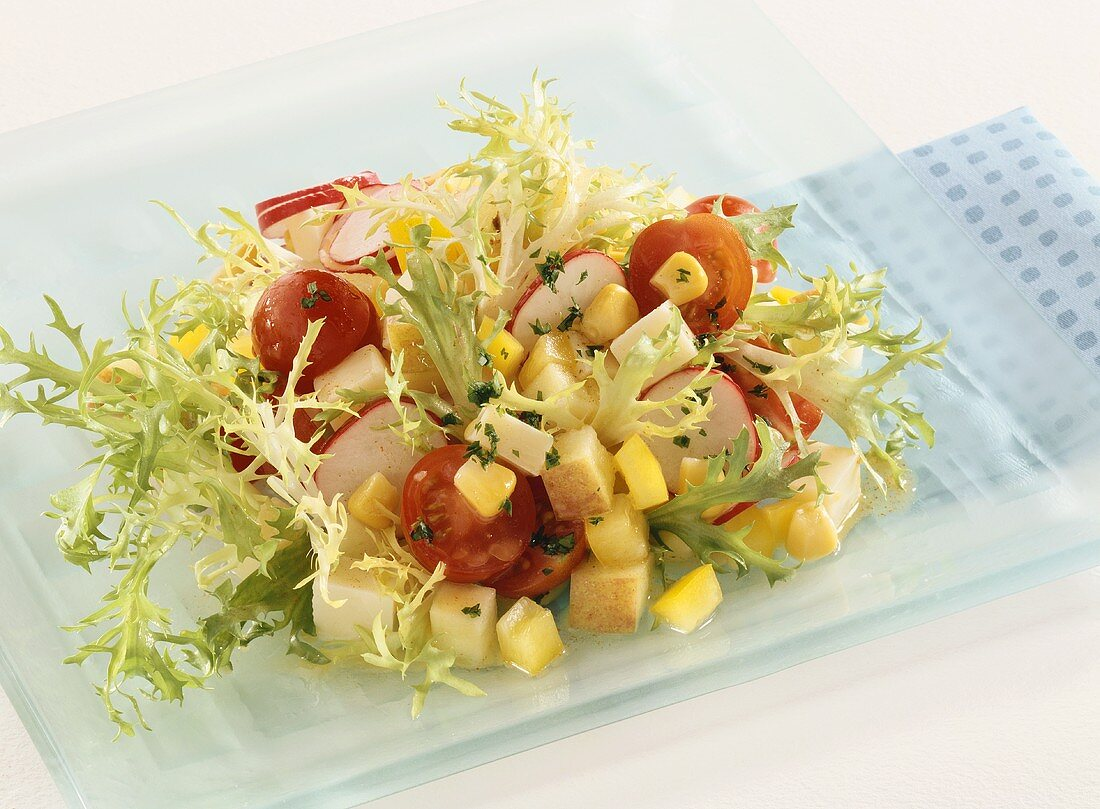 Vegetable salad with apple and cheese