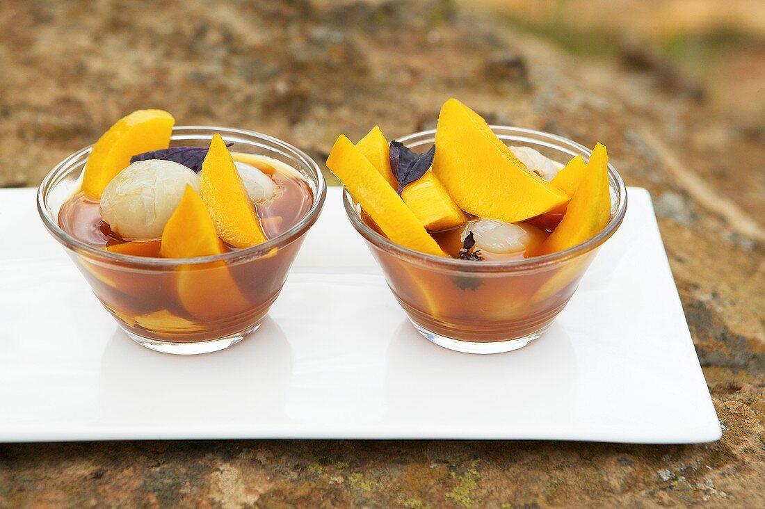 Mango-Litschi-Salat mit Basilikum in Rooibostee (Südafrika)