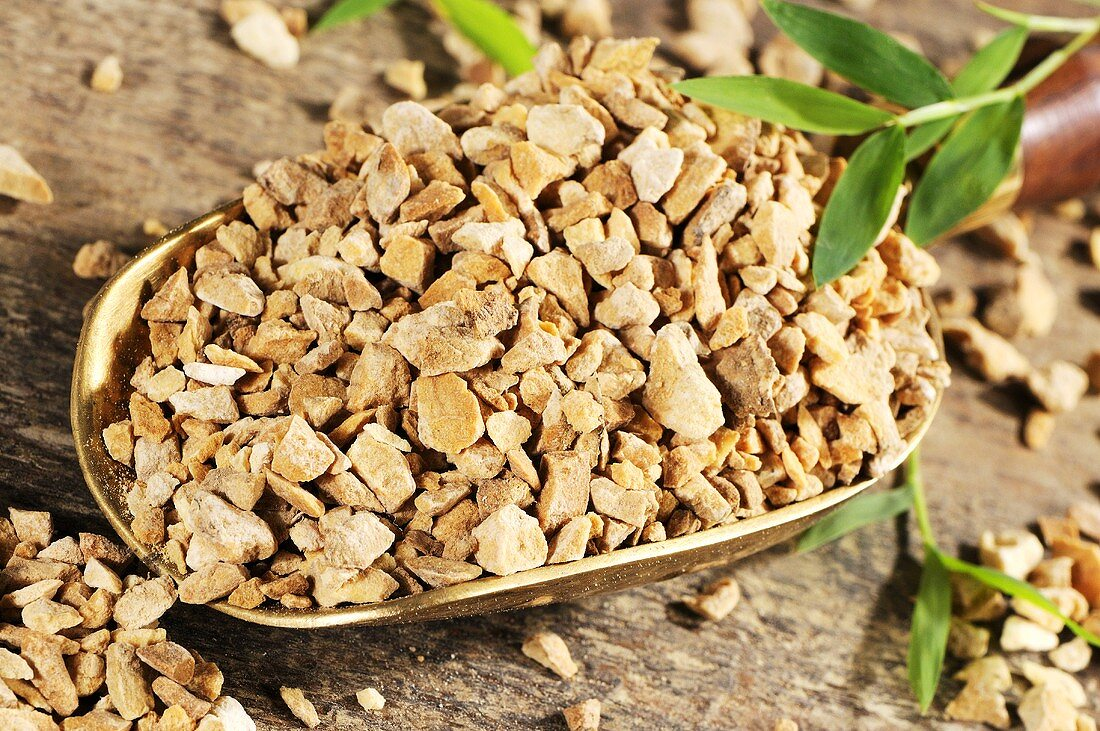Dried water plantain root in scoop