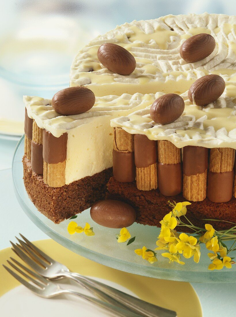 Advocaat cake with wafer rolls and chocolate eggs