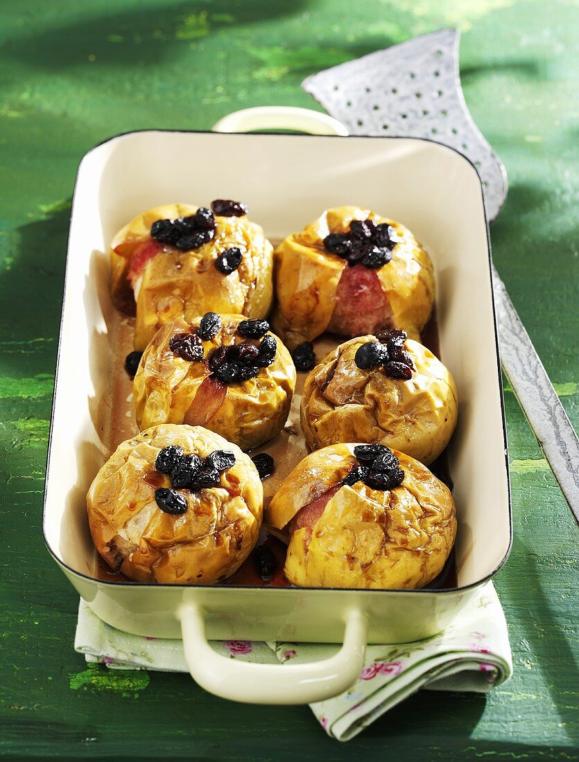 Baked apples with raisins and alcohol