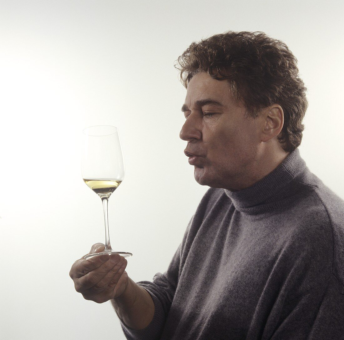 Releasing wine aroma in the mouth by sucking in air
