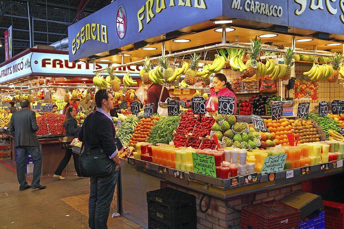 Customers at a fruit and vegetable stall (Mercat de St. Josep (Boqueria), Las Ramblas, Barcelona, Spain)