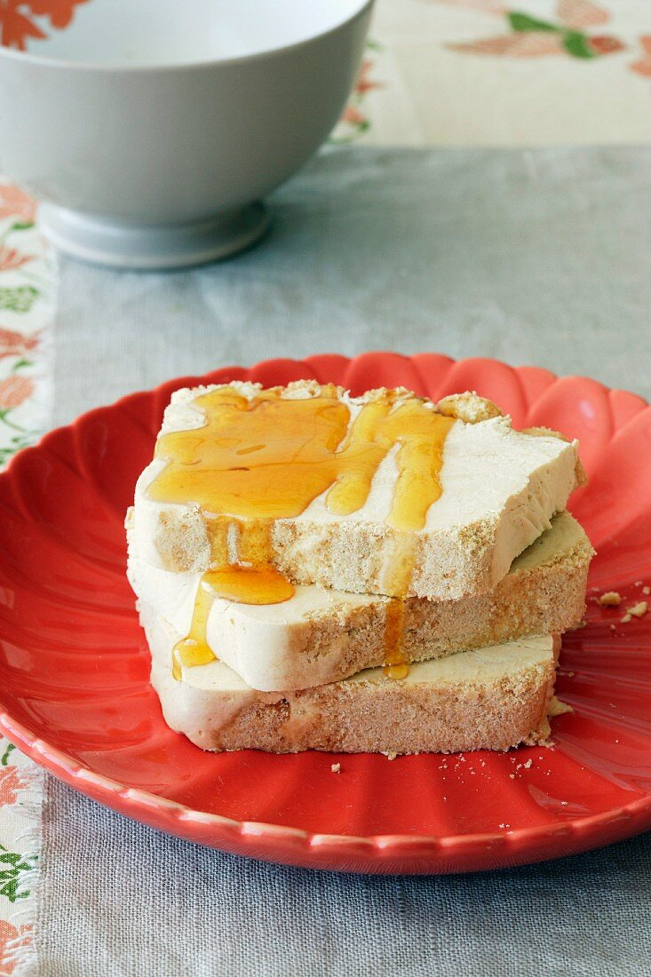 Ice cream cheesecake with caramel and honey
