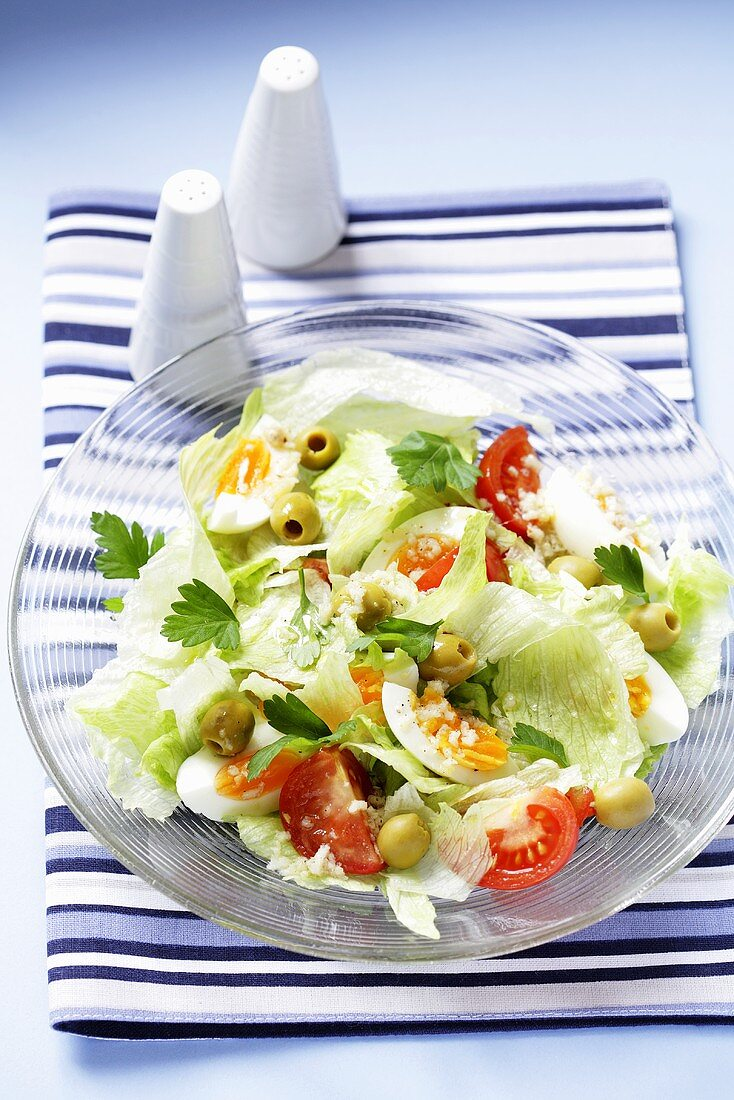 Lettuce with egg, olives and tomatoes