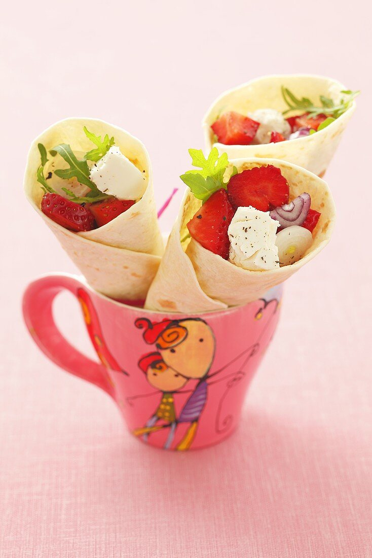 Wraps filled with strawberries, onions and goat's cheese