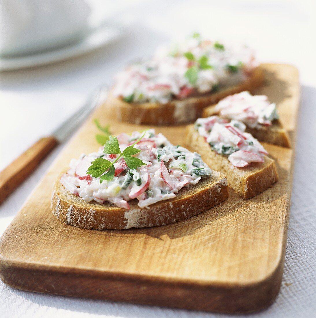 Bread with radish quark