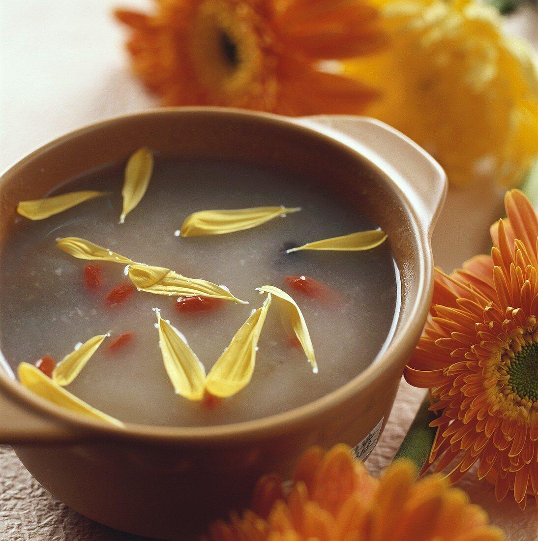 Rice porridge with chrysanthemum and wolfberries