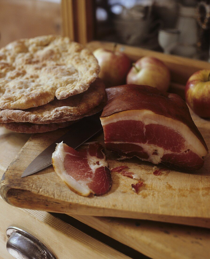 Schüttelbrot (S. Tyrolean bread speciality) with ham & apples