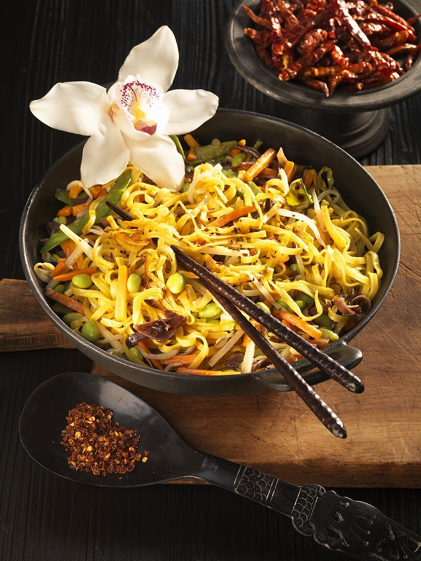 Curried noodles and vegetables (Singapore)