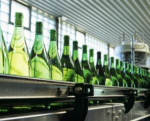 Weinflaschen in einer Abfüllanlage