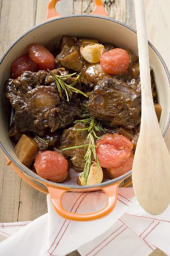 Osso buco con pomodori alla toscano (Braised shin of veal)