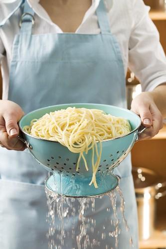 Gekochte Spaghetti abseihen