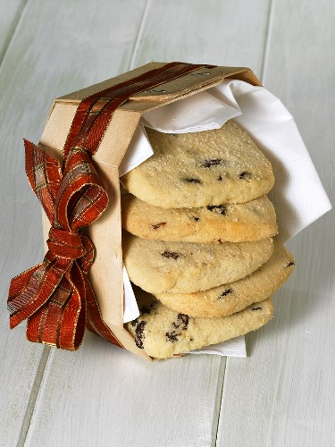 Raisin shortbread in a woodchip basket with ribbon